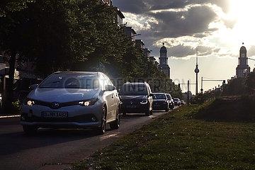 Berlin  Deutschland  Strassenverkehr auf der Frankfurter Allee bei Daemmerung