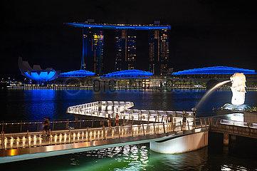 Singapur  Republik Singapur  Merlion Park und Marina Bay Sands Hotel waehrend Ausgangsbeschraenkung inmitten Covid-19 Krise