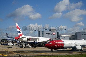 London  Grossbritannien  Flugzeuge der British Airways und Norwegian Air auf dem Vorfeld des Flughafen London-Gatwick
