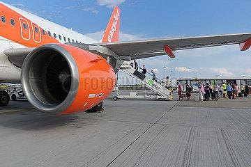 Schoenefeld  Deutschland  Reisende steigen am Flughafen Schoenefeld in eine Maschine der Fluggesellschaft easyjet ein