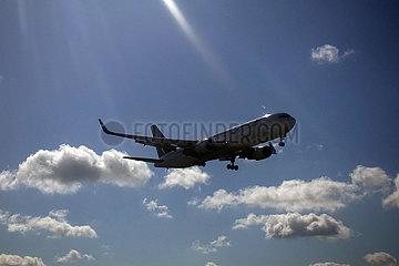 London  Grossbritannien  Maschine der Fluggesellschaft Westjet Airlines im Flug