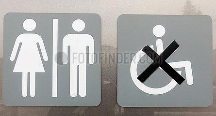 Krakau  Polen  Piktogramme: Damen- und Herren-WC sowie Behinderten-WC ausser Betrieb