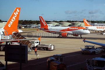 London  Grossbritannien  Flugzeuge der easyJet auf dem Vorfeld des Flughafen London-Gatwick