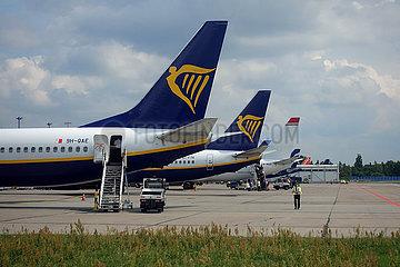 London  Grossbritannien  Flugzeuge der Ryanair und Norwegian Air auf dem Vorfeld des Flughafen London-Gatwick