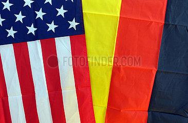 Berlin  Deutschland  Nationalfahnen der USA (links) und der Bundesrepublik Deutschland
