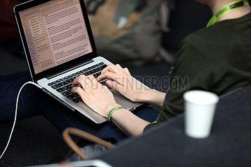 Frau an einem Laptop