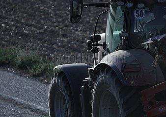 Bauer auf Traktor