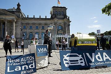 Berlin  Deutschland - Ironische Protestaktion der Hedonistischen Internationale vor dem Reichstagsgebaeude in Berlin.