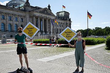 Berlin  Deutschland - Demonstration gegen Autolobbyismus vor dem Reichstagsgebaeude.