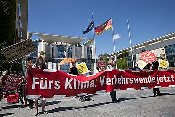 Berlin  Deutschland - Demonstration gegen Autolobbyismus vor dem Kanzleramt.