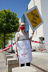 Berlin  Deutschland - Junge Demonstrantin gegen Autolobbyismus vor dem Kanzleramt.