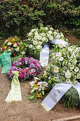 Trauerkraenze mit Trauerschleifen auf einem frischen Grab  Nordrhein-Westfalen  Deutschland