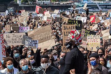 In CORONA Pandemie Kundgebung gegen Rassismus anlaesslich des durch Polizeigewalt in Minneapolis USA getoeteten Afroamerikaner George FLOYD 06.06.2020 Koeln Deutz