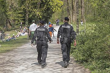 Polizeikontrolle im Englischen Garten  Muenchen  Ostern 2020