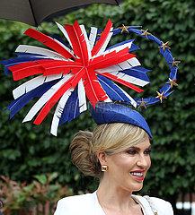 Ascot  Grossbritannien  Frau mit Hut in den britischen Nationalfarben