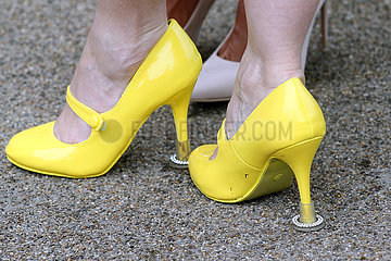 Royal Ascot  Grossbritannien  Frauenfuesse in gelben Pumps mit Absatzschutz