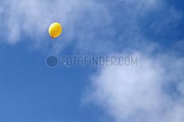 Dresden  Deutschland  Luftballon steigt in den Himmel auf