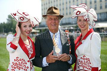 Hamburg  Deutschland  Unternehmer Albert Darboven wurde mit der Goldenen Ehrenmedaille des Direktoriums fuer Vollblutzucht und Rennen fuer seine Verdienste im Galopprennsport ausgezeichnet