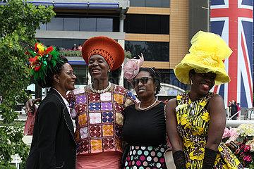 Royal Ascot  Grossbritannien  Frauen mit Hut auf der Galopprennbahn