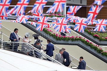 Royal Ascot  Grossbritannien  Menschen laufen unter den britischen Nationalfahnen auf einer Treppe