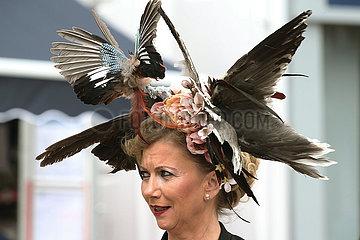 Ascot  Grossbritannien  Frau mit extravagantem Hut auf der Galopprennbahn