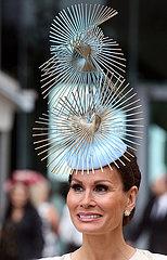 Ascot  Grossbritannien  Frau mit extravagentem Hut im Portrait