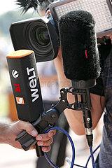 Dresden  Deutschland  Mikrofone und Kameraobjektiv