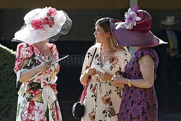Iffezheim  Deutschland  elegant gekleidete Frauen mit Hut