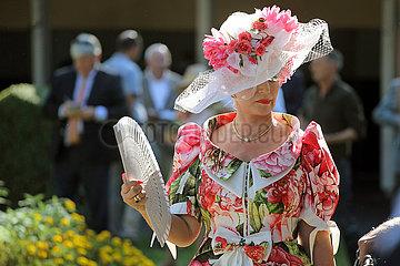 Iffezheim  Deutschland  elegant gekleidete Frau mit Hut und Faecher