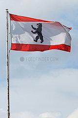 Hoppegarten  Deutschland  Fahne des Bundeslandes Berlin vor bewoelktem Himmel