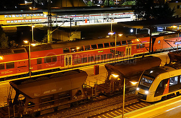 Magdeburg  Deutschland  Zuege im Hauptbahnhof bei Nacht