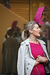 Paris  Frankreich  elegant gekleidete Frau mit Hut
