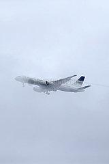 Hannover  Deutschland  Boeing 757 der Privilege Style  Mannschaftsflugzeug des FC Sevilla  im Landeanflug bei Nebel