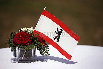 Hoppegarten  Deutschland  Fahne des Bundeslandes Berlin steckt in einer kleinen Blumenvase