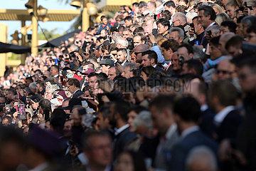 Paris  Frankreich  Menschenmenge auf der Galopprennbahn ParisLongchamp