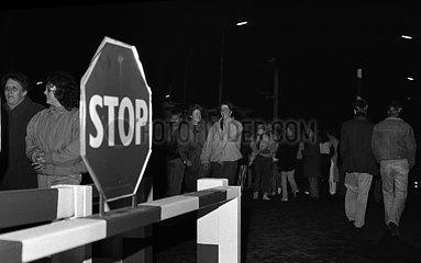 Berlin  Deutsche Demokratische Republik  Menschen passieren den geoeffneten Grenzuebergang Bornholmer Strasse in Richtung Berlin-West