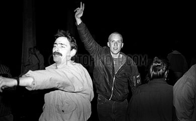 Berlin  Deutsche Demokratische Republik  Menschen passieren jubelnd den geoeffneten Grenzuebergang Bornholmer Strasse in Richtung Berlin-West
