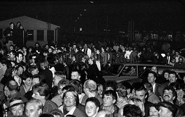 Berlin  Deutsche Demokratische Republik  Menschenmenge wartet am Grenzuebergang Bornholmer Strasse auf die Oeffnung der Grenze zu Berlin-West