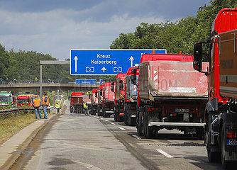 Strassenbau  Asphaltarbeiten auf der Autobahn A3  Duisburg  Nordrhein-Westfalen  Deutschland