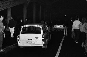 Berlin  Deutsche Demokratische Republik  Menschen passieren die Boesebruecke hinter dem geoeffneten Grenzuebergang Bornholmer Strasse in Richtung Berlin-West