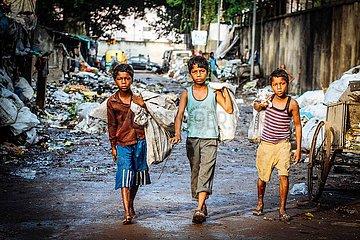 Kinderarbeit: Jungen sammel Muell
