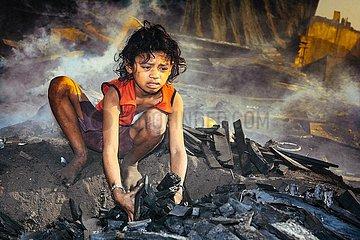 Kinderarbeit am Holzkohleofen