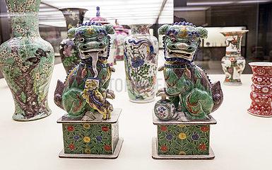 Chinesische Loewenpaar und Vasen