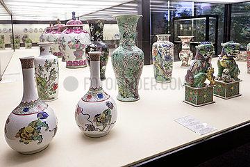 Chinesische Vasen und Loewenpaar