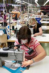 Eberswalde  Deutschland - Mitarbeiterinnen in der Produktion von McNeill Schulranzen der Thorka GmbH.