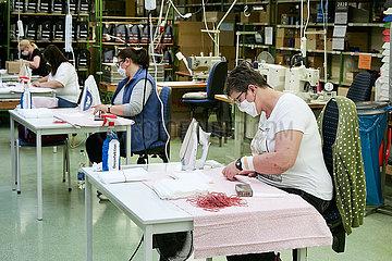 Eberswalde  Deutschland - Mitarbeiterinnen in der Produktion von Mund-Nase-Schutzmasken der Thorka GmbH.
