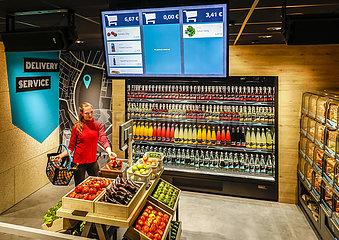 Supermarkt der Zukunft  Bezahlen mit Handy und QR Code  Messe Euroshop  Duesseldorf  Nordrhein-Westfalen  Deutschland