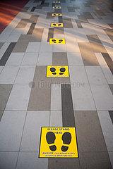 Singapur  Republik Singapur  Markierungen Social Distancing vor Warenautomat fuer Mundschutzmasken