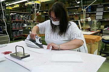 Eberswalde  Deutschland - Mitarbeiterin in der Produktion von Mund-Nase-Schutzmasken der Thorka GmbH.