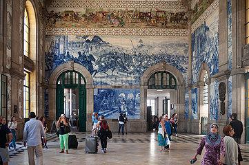 Porto  Portugal  Innenaufnahme mit Bahnreisenden im Bahnhof Sao Bento